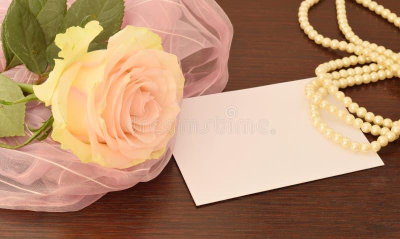 Письмо и подняло стоковое фото rf
