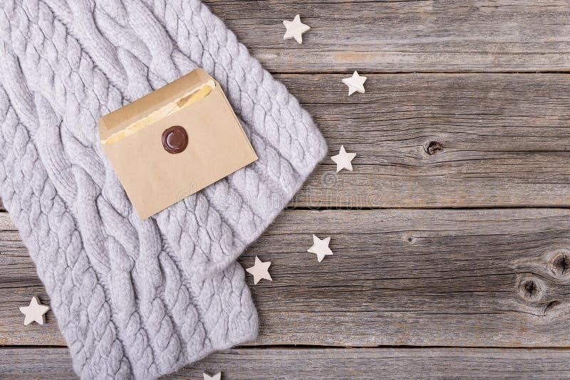 Письмо и шарф на деревянных досках стоковое изображение