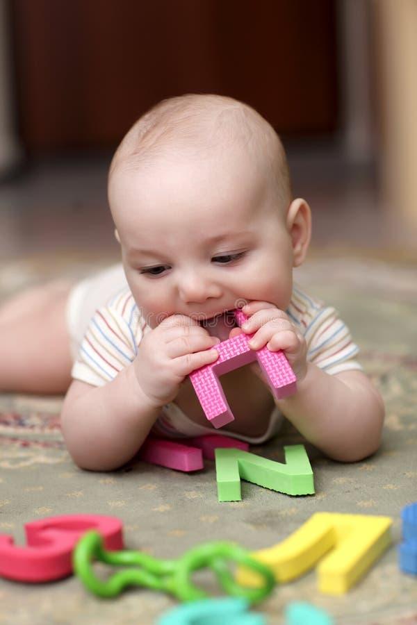 письмо мальчика младенца сдерживая стоковая фотография rf