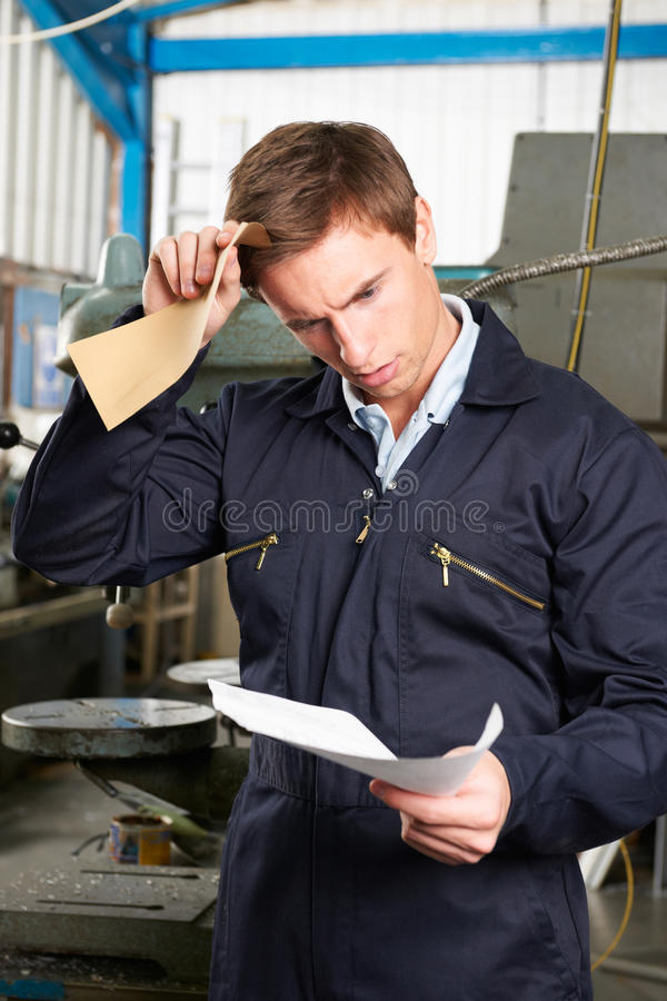Письмо дублирования чтения заводской рабочий стоковое фото rf