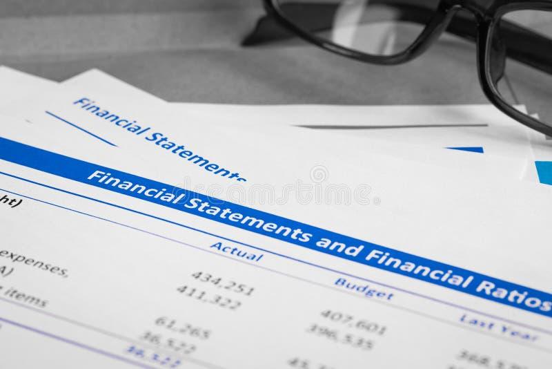 Письмо финансового отчета на коричневых конверте и eyeglass, busin стоковая фотография