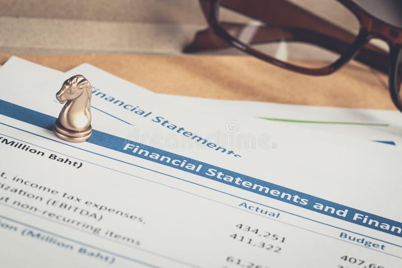 Письмо финансового отчета на коричневых конверте и eyeglass, busin стоковые фото