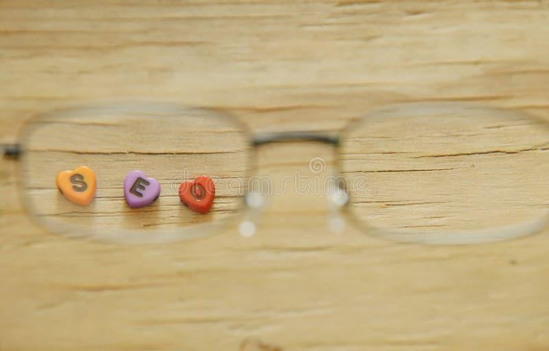 Письмо SEO при форма сердца смотря через eyeglass стоковые изображения rf