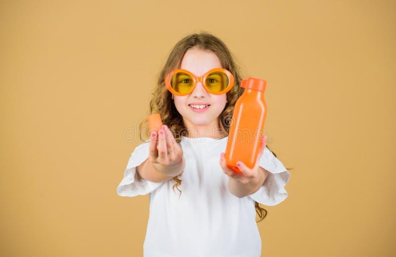 Питание витамина Солнечные очки ребенк моды выпивают освежая сок витамина r Диета витамина лета t стоковые фотографии rf