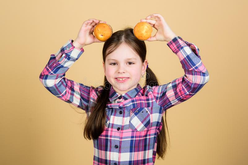 Питание и калория диеты здоровые Yummy булочки Ребенок девушки милый есть булочки или пирожное t Кулинарный стоковое фото rf