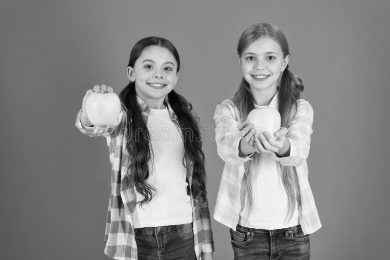Питание плода витамина для детей o Распределяя свободные свежие фрукты в школе Дети девушек случайные стоковые изображения rf