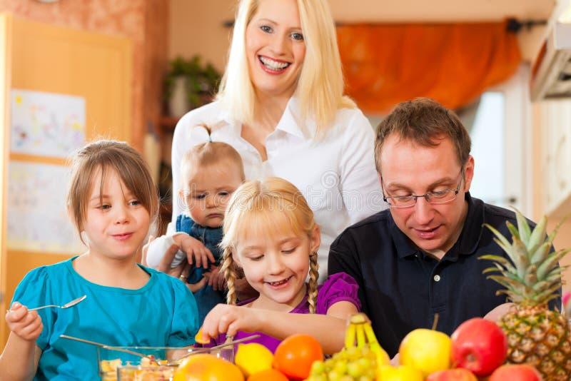 питание семьи здоровое стоковое изображение rf