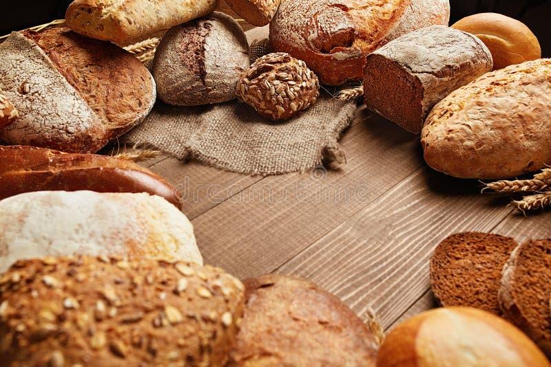 Питание Хлеб и хлебопекарня на деревянной предпосылке стоковые фото