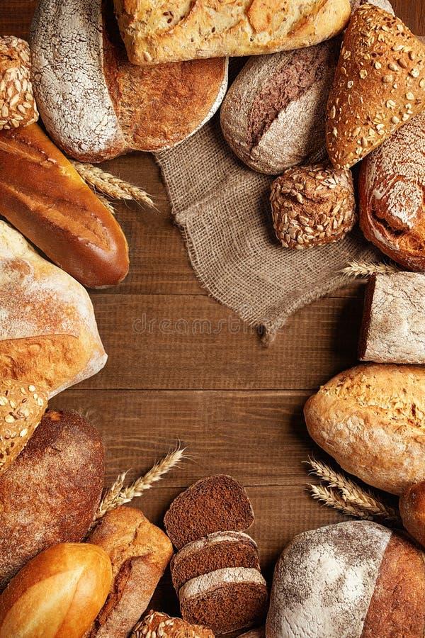 Питание Хлеб и хлебопекарня на деревянной предпосылке стоковое изображение rf