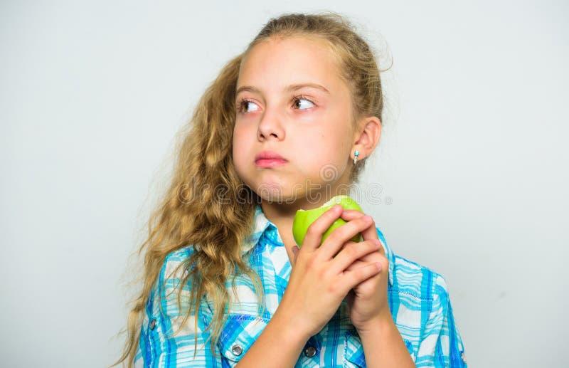 Питательное содержание яблока Яблоко день держит доктора отсутствующий Хорошее питание необходимо к хорошим здоровьям Девушка реб стоковое фото rf