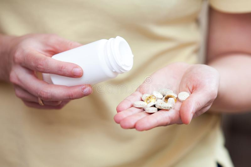 Питательные дополнения в ладони вашей руки стоковая фотография