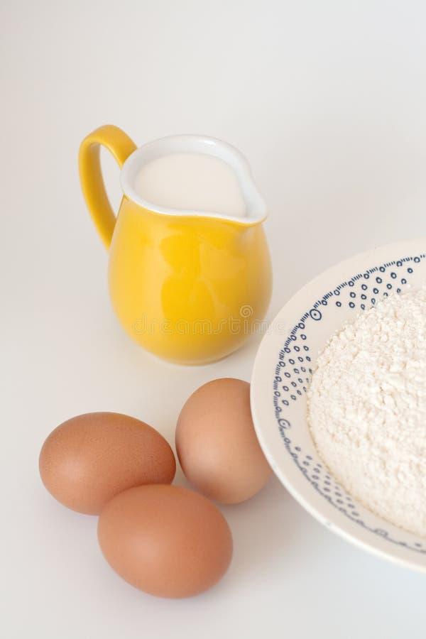 Download питчер молока муки яичек стоковое фото. изображение насчитывающей еда - 18395464