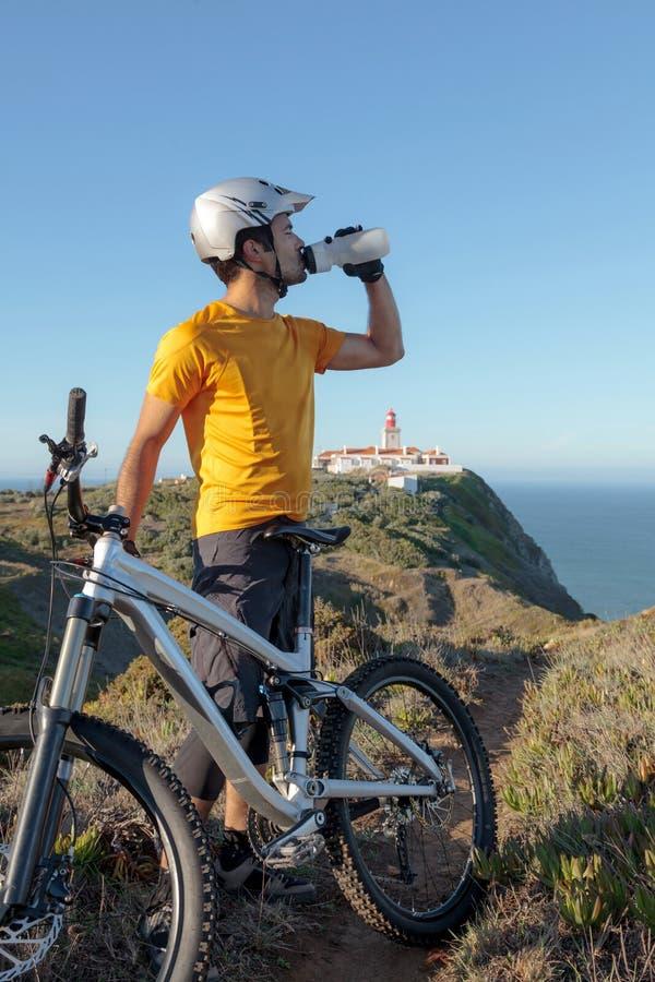 Питьевая вода велосипедиста горы стоковые изображения