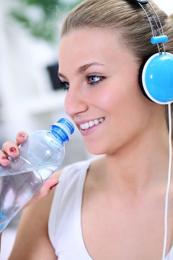 Питьевая вода девушки пригодности стоковые изображения rf