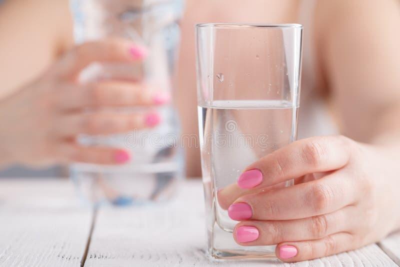 Питьевая вода молодой женщины стоковые фото