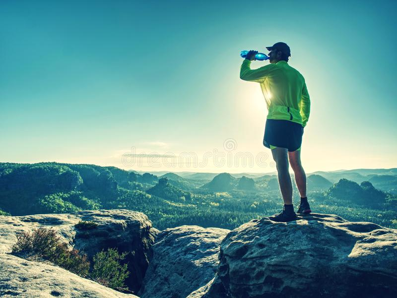 Питьевая вода человека спорта напитка бутылки спорт на беге следа стоковая фотография