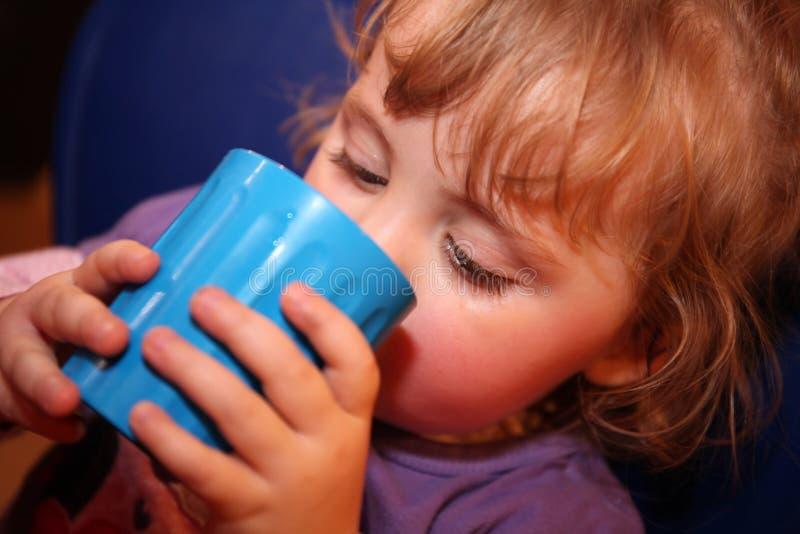 Питьевая вода маленькой девочки стоковое фото rf