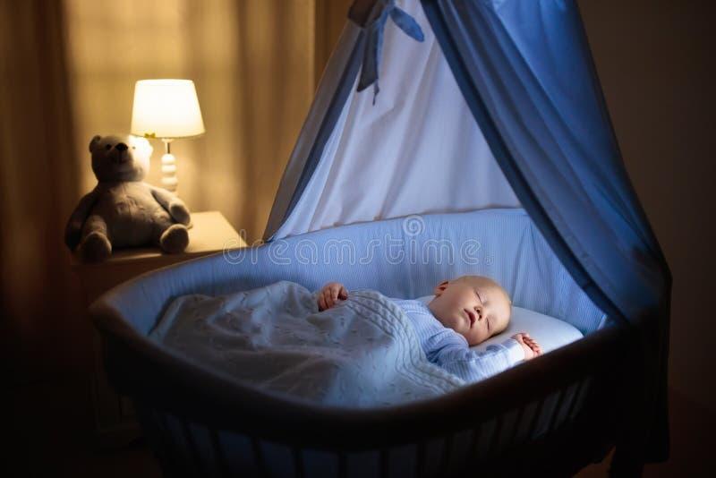 Питьевое молоко ребёнка в кровати стоковая фотография rf