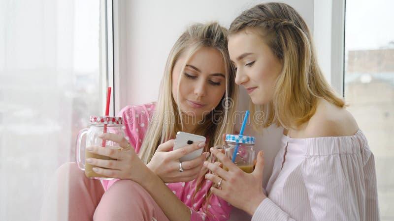 Питье беседы девушки отдыха bff друга сопрягает образ жизни стоковая фотография rf