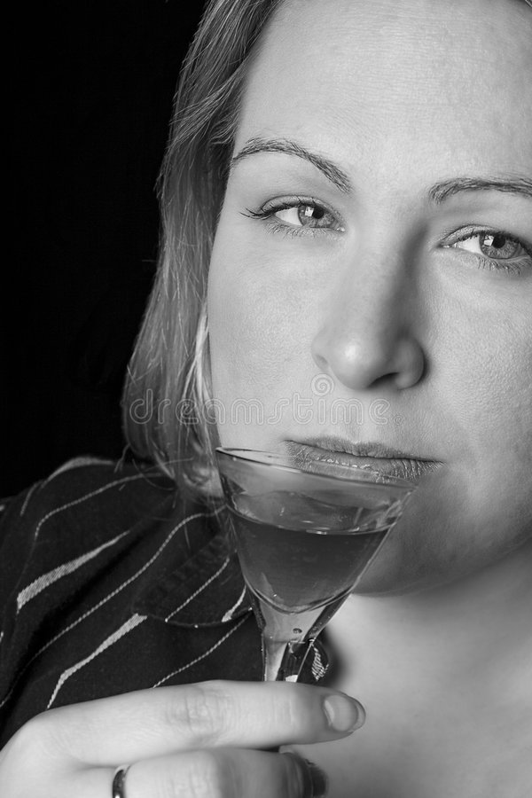 питье имея полную женщину стоковые фото