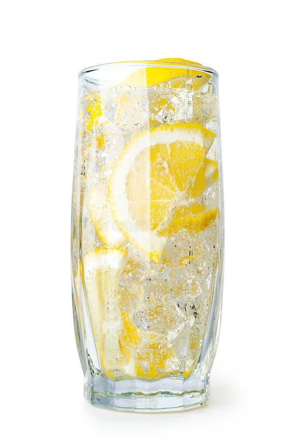 Питье лимона с кубиками льда стоковая фотография