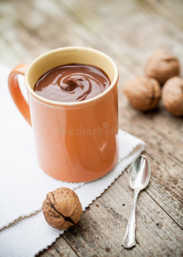 Питье какао сделанное из молока кокоса стоковая фотография rf