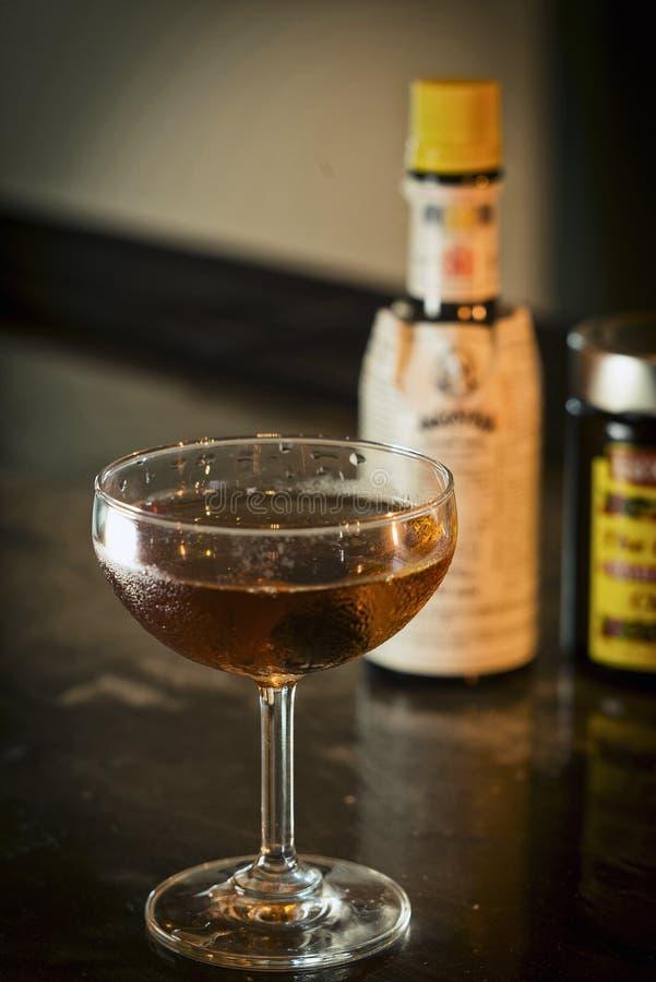 Питье коктеиля вискиа Манхаттана классическое в баре стоковое изображение
