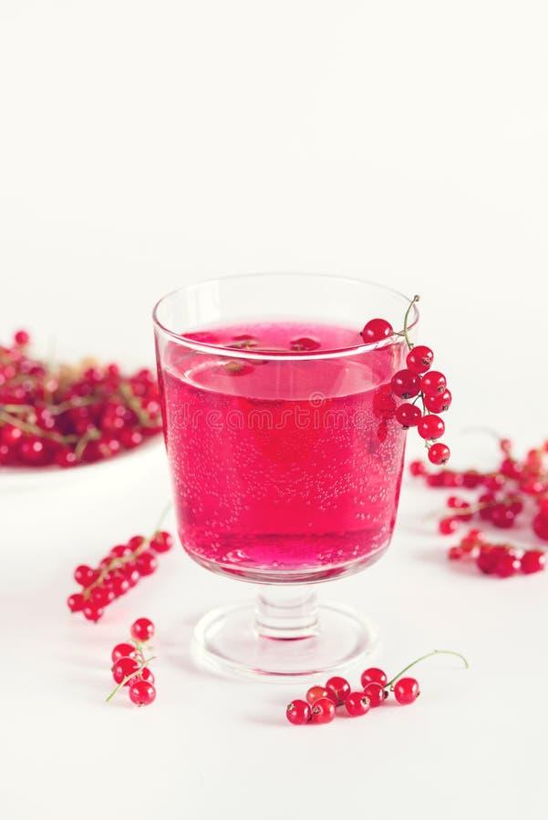 Питье красной смородины в вытрезвителе Backgriund стеклянного питья лета напитка лета вкусного белом настояло тонизированная вода стоковые изображения
