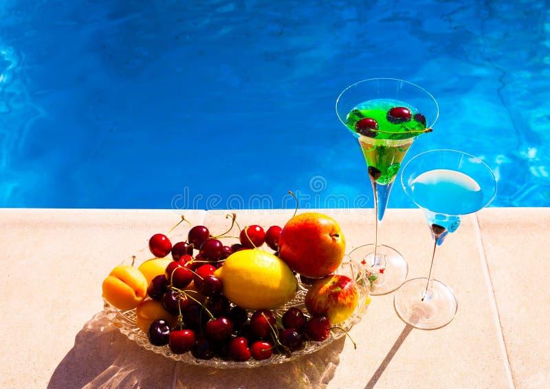питье Маргарита и абсент, плодоовощи и ягоды, голубое backgrou стоковая фотография