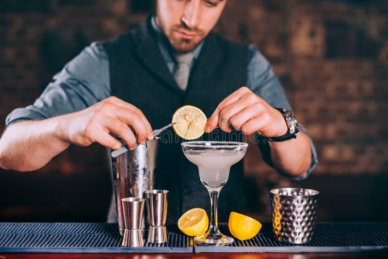 Питье Маргариты, алкогольный напиток, коктеиль с известкой гарнирует и лимоны стоковая фотография rf