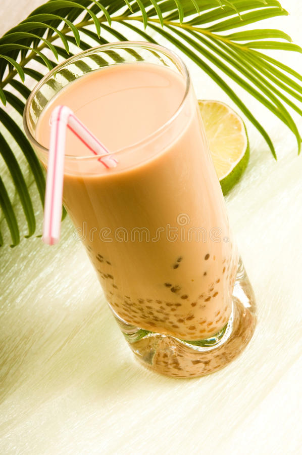 Питье молока перлы на белизне. Чай пузыря стоковые фото