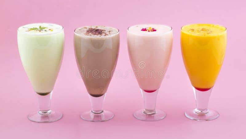 Питье молочного коктейля стоковая фотография