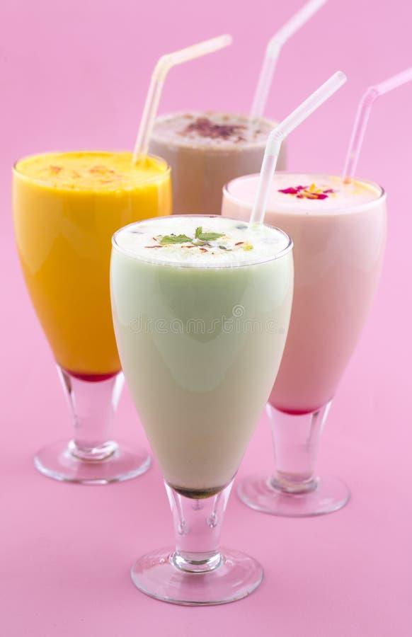 Питье молочного коктейля стоковое фото