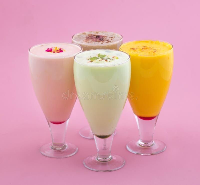 Питье молочного коктейля стоковое изображение