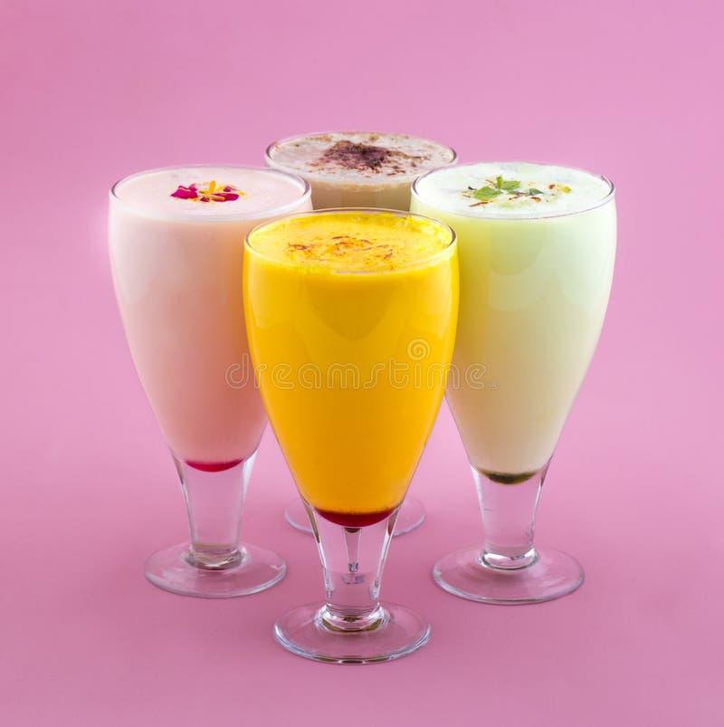 Питье молочного коктейля стоковые фотографии rf