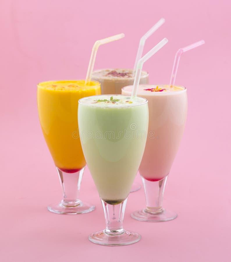 Питье молочного коктейля стоковые фото