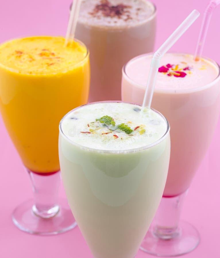 Питье молочного коктейля стоковые изображения rf