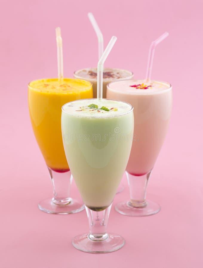 Питье молочного коктейля стоковое фото rf