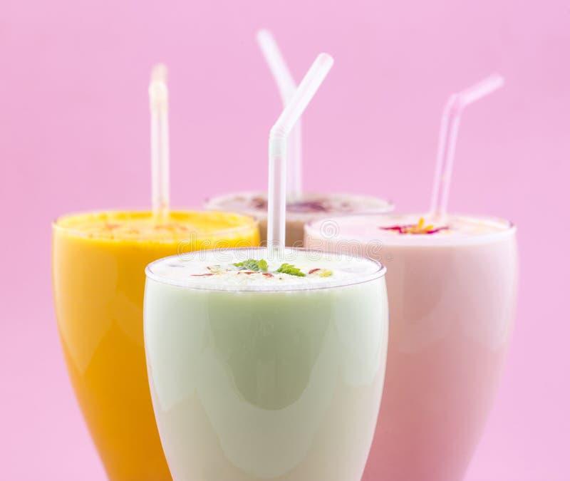 Питье молочного коктейля стоковое изображение rf