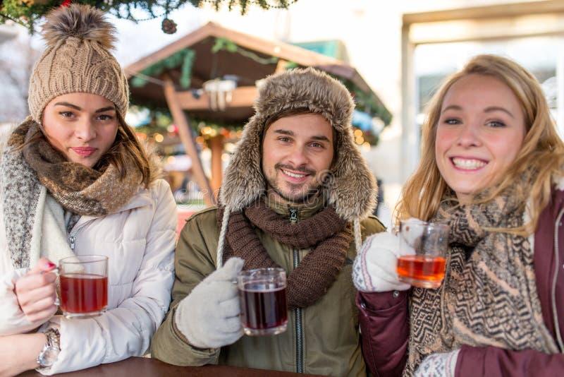 Питье пар и друга обдумывало вино на рождественской ярмарке стоковое фото rf