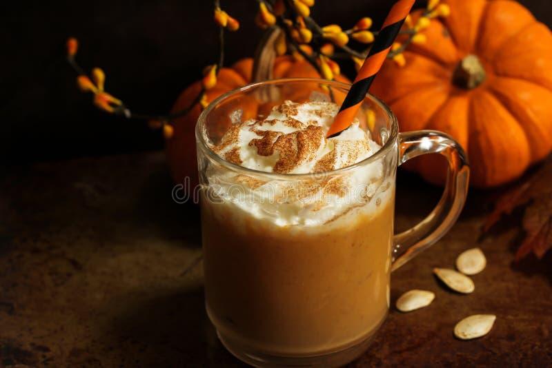 Питье сезона падения latte специи тыквы с взбитой сливк стоковые фото