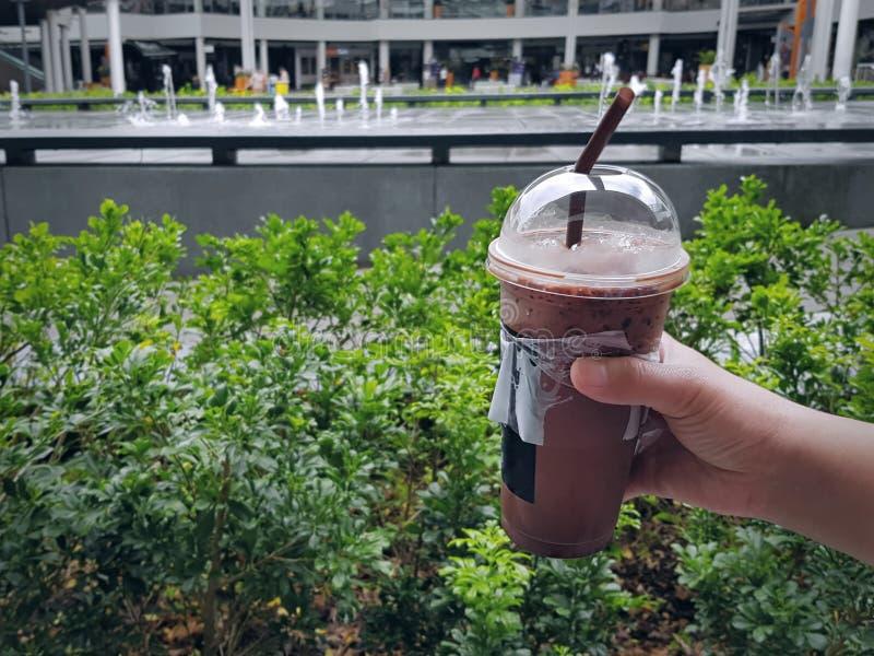 Питье сладостного шоколада руки замороженное удерживанием стоковые фотографии rf