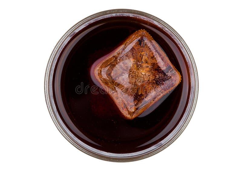 Питье соды колы с взгляд сверху куба льда стоковое фото