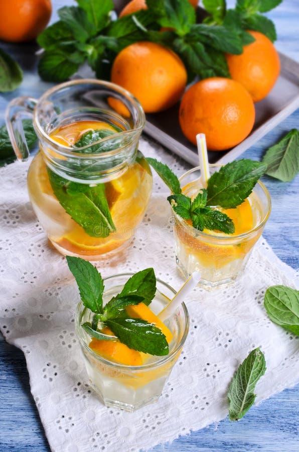 Питье с апельсинами и мятой стоковое фото rf