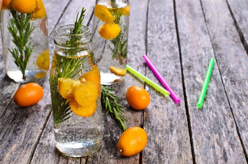Питье с цитрусом и розмариновым маслом стоковые фотографии rf