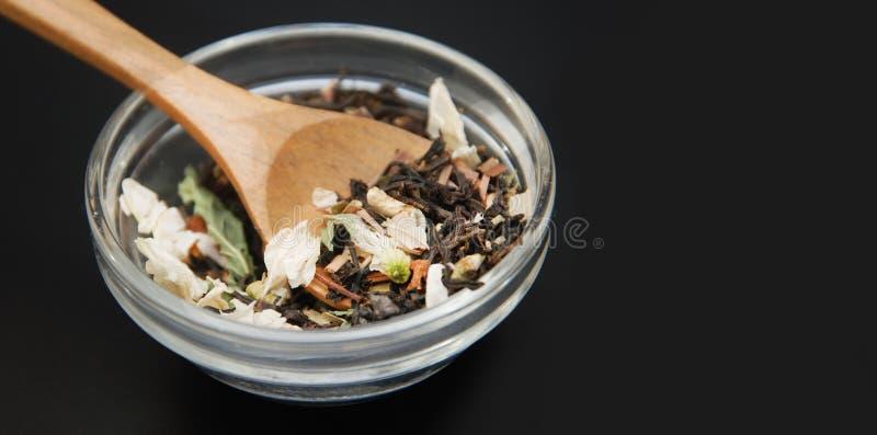 Питье травяного чая Acaccia здоровое в шаре и сетка над черной предпосылкой копируют космос Здоровое питье, холодность стоковые изображения rf