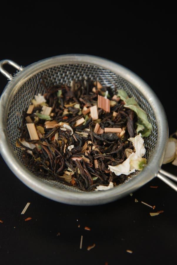 Питье травяного чая Acaccia здоровое в шаре и сетка над черной предпосылкой копируют космос Здоровое питье, холодность стоковое фото rf