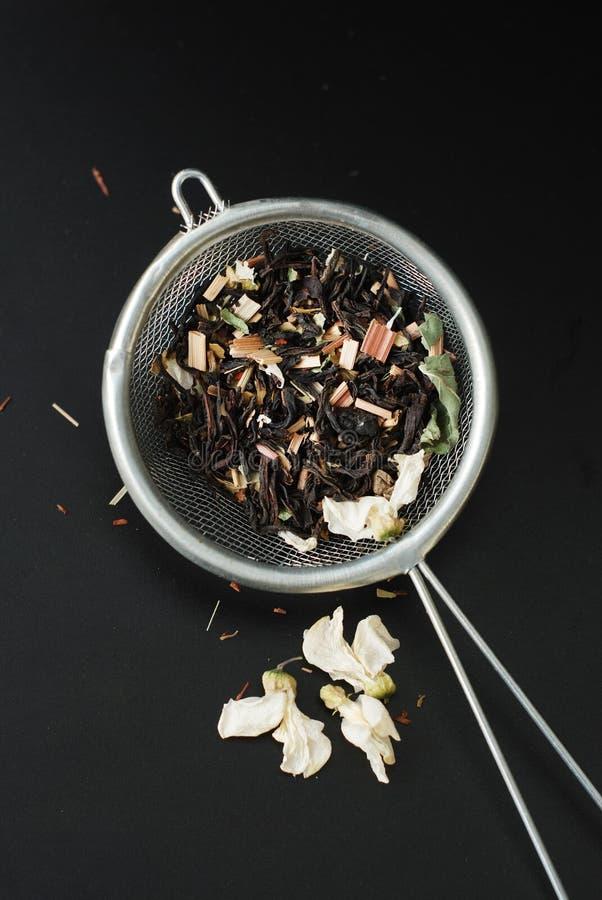Питье травяного чая Acaccia здоровое в шаре и сетка над черной предпосылкой копируют космос Здоровое питье, холодность стоковая фотография rf