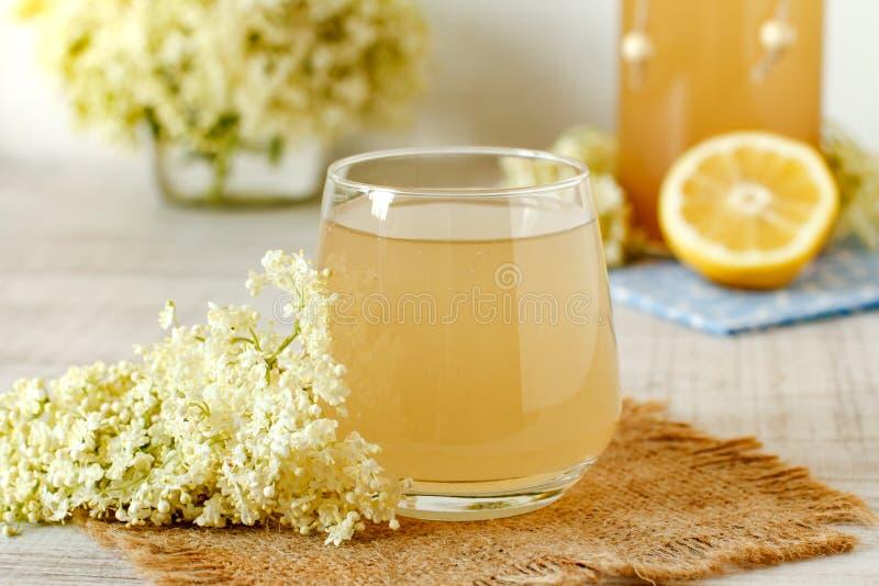 Питье цветка Elderberry с отрезанным лимоном стоковое фото rf