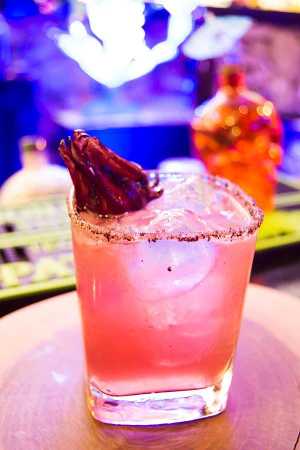 Питье Mezcal с ямайкой в баре стоковое фото rf